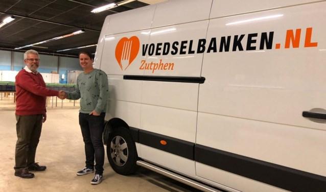 Jaap Konig van de Voedselbank Zutphen, schut de hand van Patrick van den Brink.