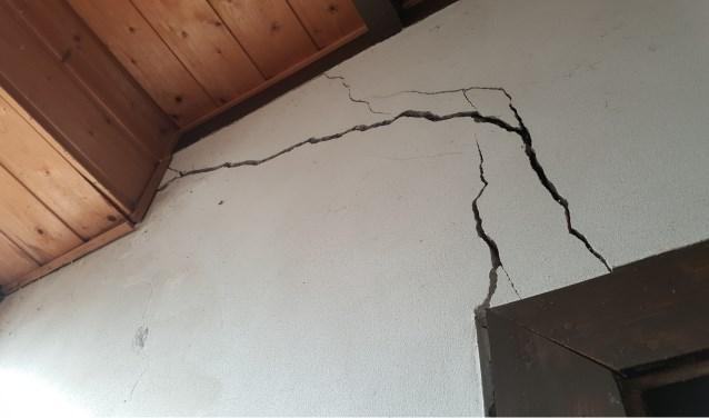 C. de Bruijn uit Weurt stuurde deze foto in van scheuren in zijn huis die recent zijn ontstaan.