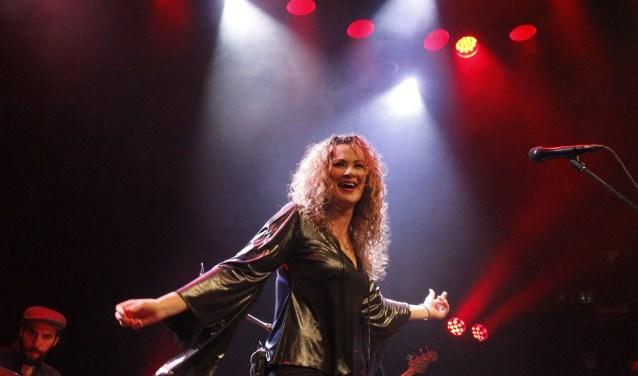 Dana Fuchs tijdens een concert in Grolloo. (foto: Harry Pater)