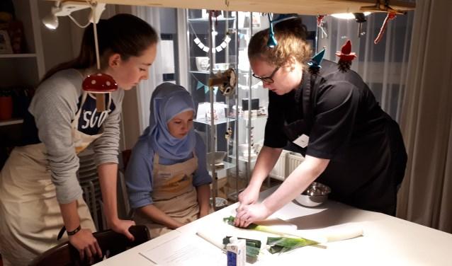 Details zijn belangrijk, leren de jonge bakkers tijdens de workshop. FOTO: Irma van Dam