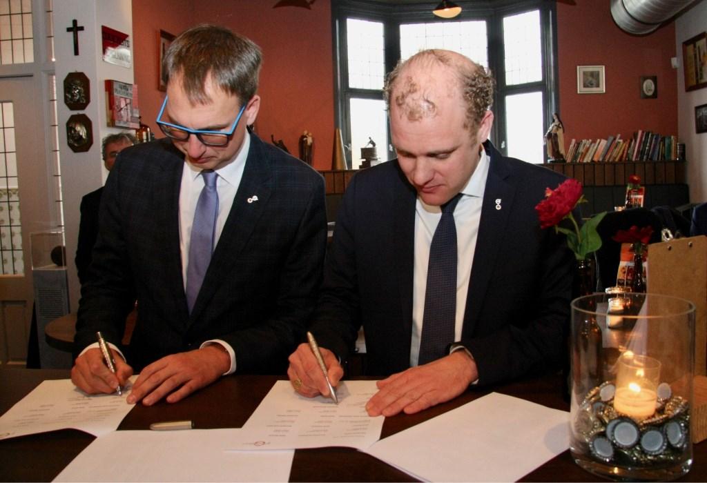 Burgemeester Christoph Holtwisch (Vreden) en burgemeester Joris Bengevoord (Winterswijk) tekenen voor grensoverschrijdende samenwerking. Foto: Eveline Zuurbier  © Persgroep
