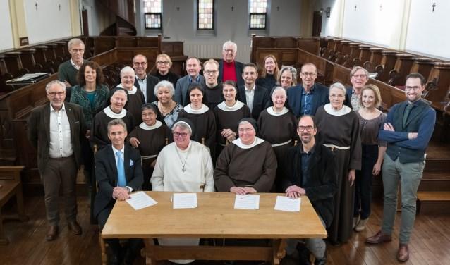 Alle partijen aan tafel, vlnr: wethouder Van der Schoot, zuster Sara Bohmer van de KNR, abdis zuster Angela en gedeputeerde Swinkels.