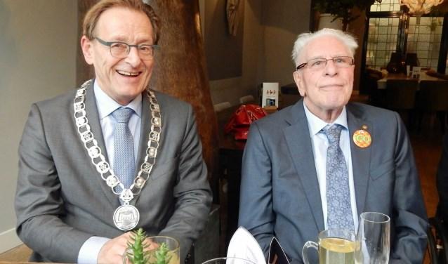 Bob Botzen wordt op zijn honderste verjaardag gefeliciteerd door burgemeester Koos Janssen. De heer Botzen vierde zijn verjaardag met een smakelijke familielunch. Tekst en foto: Asta Diepen Stöpler
