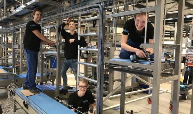 Vier leerlingen zijn bezig met een technische opdracht bij Blue Print Automation BV, een van de bij Woerdens Techniek Talent aangesloten bedrijven. FOTO: Marlous Birkhoff