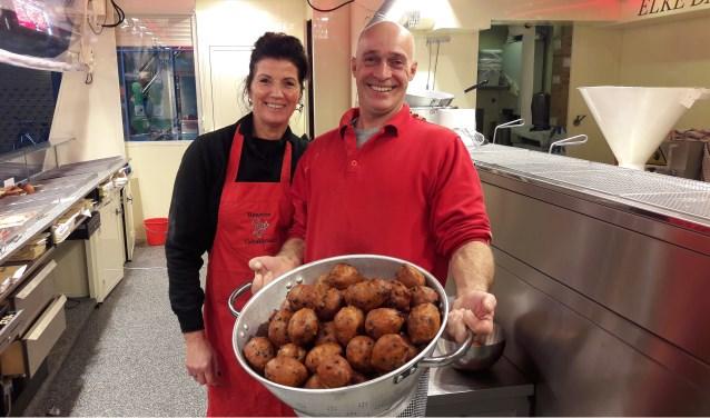 Karel Eckelboom en zijn vrouw Claudia die enkele dagen per week ook in de gebakkraam te vinden is. (Foto: Martin Brink/Rijnpost)