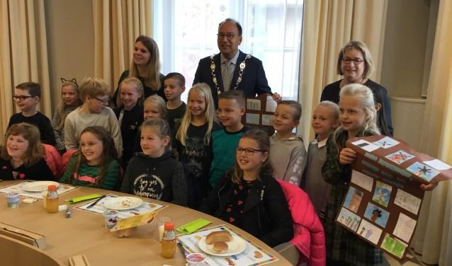 De kinderen van de Mariaschool hebben twee bruine boterhammen volgeplakt met mooie tekeningen als bedankje voor de burgemeester. (foto: Karin van der Velden)