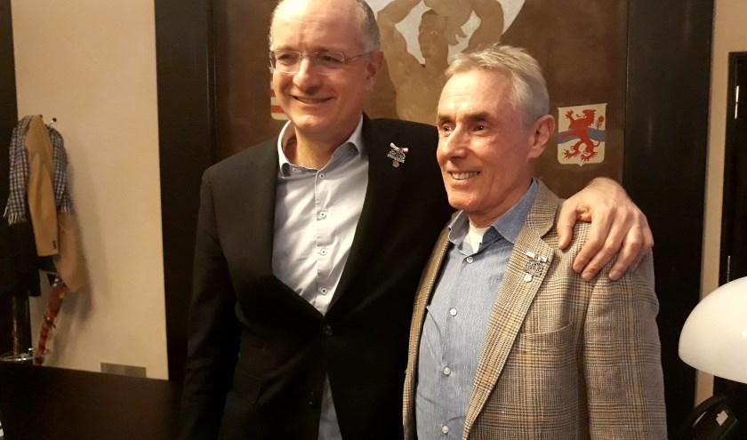 """Burgemeester Onno van Veldhuizen met Theo de Rooij.   """"Het is een geweldige eer Stoker bij Immer Weiter te mogen zijn"""", aldus de burgemeester."""