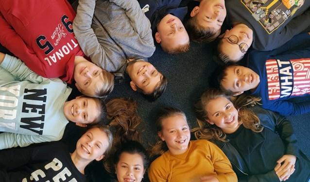 Met de klok mee: Lars, Luuk, Guido, Jules, Dyanne, Iris, Denise, Floortje, Evi, Lucas en Guyon. (foto: José van der Burg)