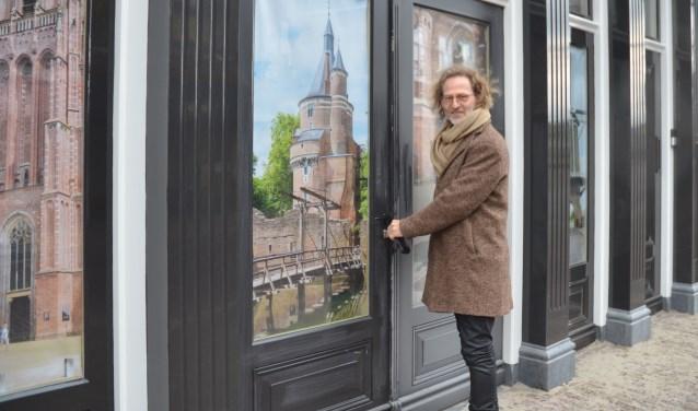 Jos Soons opent de deur van het pand waar komende maanden de brouwerij wordt opgebouwd. FOTO: Ben Blom