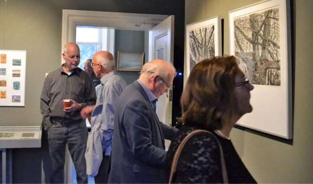 Kunstenaar Henk Blokhuis in gesprek met een van zijn oud-studenten bij de opening van de expositie in het Rijssens Museum. Foto: Jan Joost.