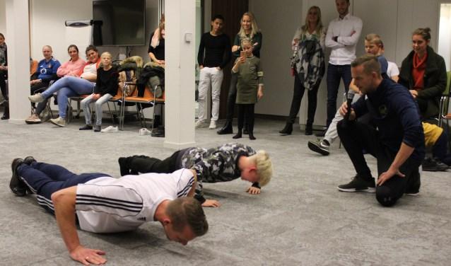 Jaap Kok (rechts) moedigt deelnemers aan. Links Jaap's broer Hans.