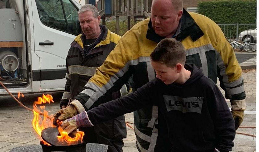 Kinderen van de Koepelschool krijgen brandblusles.