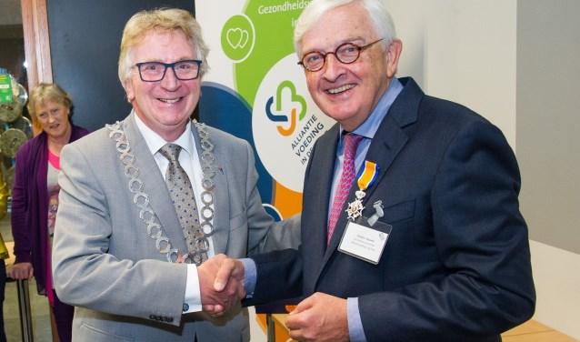 Diederic Klapwijk ontvangt de Koninklijke onderscheiding uit handen van Burgemeester van Rumund van Wageningen (foto: Ernst-Jan Brouwer, Ziekenhuis Gelderse Vallei)