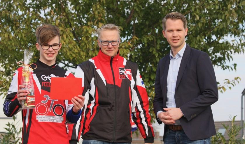 Noud Garstenveld wordt in het bijzijn van FCCL-voorzitter Jurgen Klein Tank door sportwethouder Bart Porskamp gehuldigd.