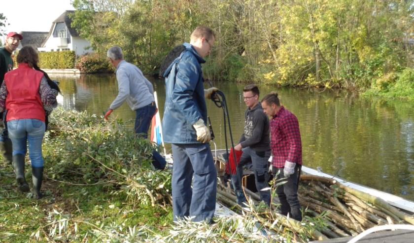 Het 'geriefhout' wordt na het kappen op een bootje geladen en naar de verzamelplaats vervoerd. Foto: Roy Visscher