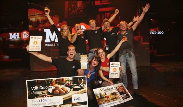 De overwinning wordt uitbundig gevierd door het team van Huppel The Pub.