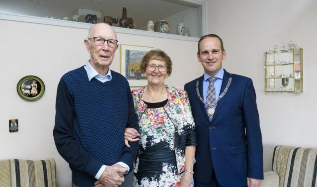 Het echtpaar met de burgemeester. (Foto: gemeente Sliedrecht)