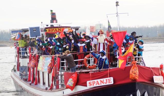 In 2017 kon de Sint probleemloos met de pakjesboot aanleggen aan de Tielse Waalkade. Hoe zal dat dit jaar gaan? (Foto: De fotopiet)
