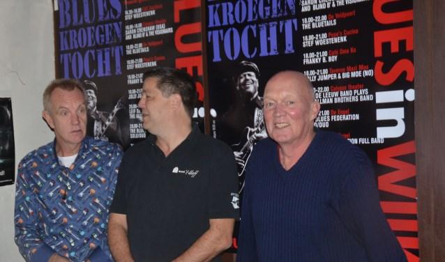Arie Verheul(l) en Roelof Hummel(r) van Blues in Wijk in gesprek met Vincent Herfkens van Café 't Hoff.