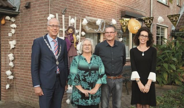 Burgemeester Arend van Hout en zijn eega kwamen het gouden paar Buijs feliciteren.