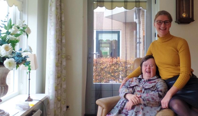 Janneke samen met bewoonster Geesje, die al 6 jaar op Polderheim woont. Haken doet Geesje graag en ook taart maken vind ze leuk.