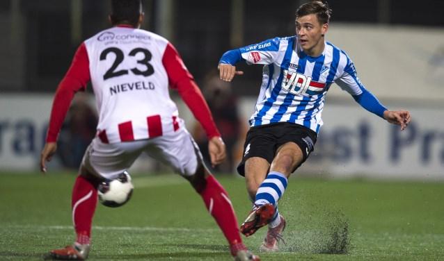 Jarno Janssen (rechts) in duel met voormalig FC Eindhoven-verdediger Norichio Nieveld.
