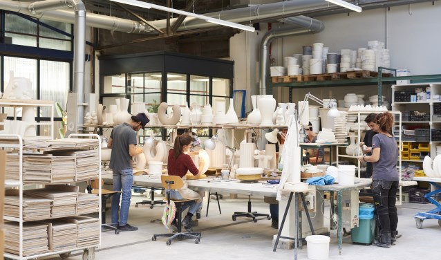 Cor Unum werkt, verkoopt, ontwikkelt en showt sinds september de keramische (toegepaste) kunstwerken in het pand Pompen & Verlouw.