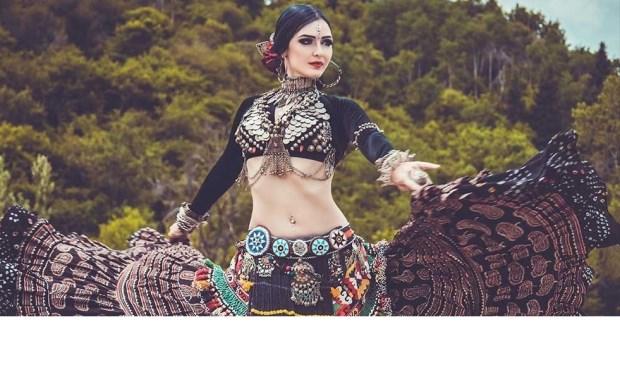 Alle buikdansliefhebbers kunnen hun hart ophalen bij het Shimmy Shake Festival. (model: Olga Meos)