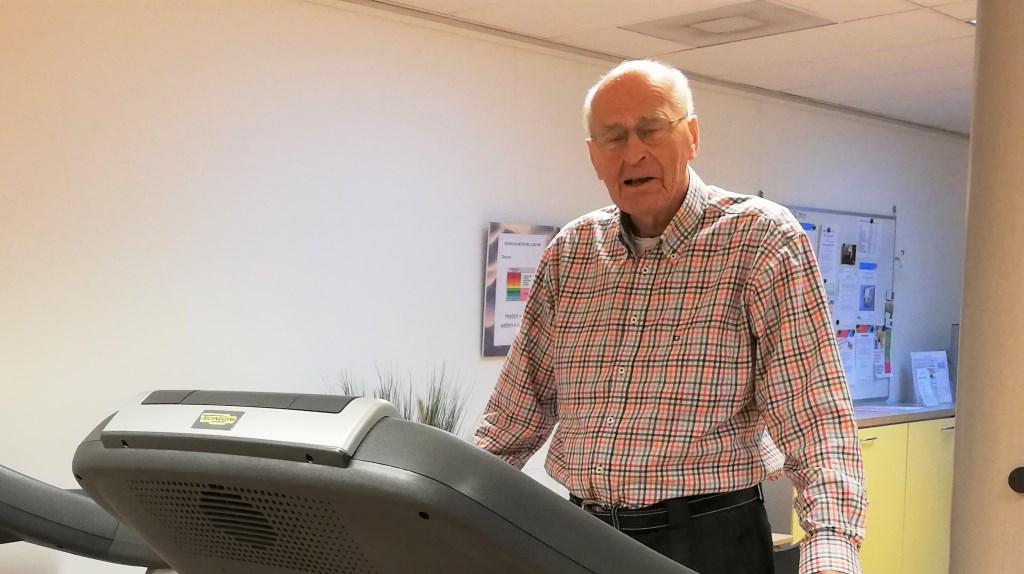 Meneer Elias is 88 jaar en gaat drie keer per week naar fitness. Niet tussen de stoere mannen maar bij Club Vief. Foto: Conny den Heijer