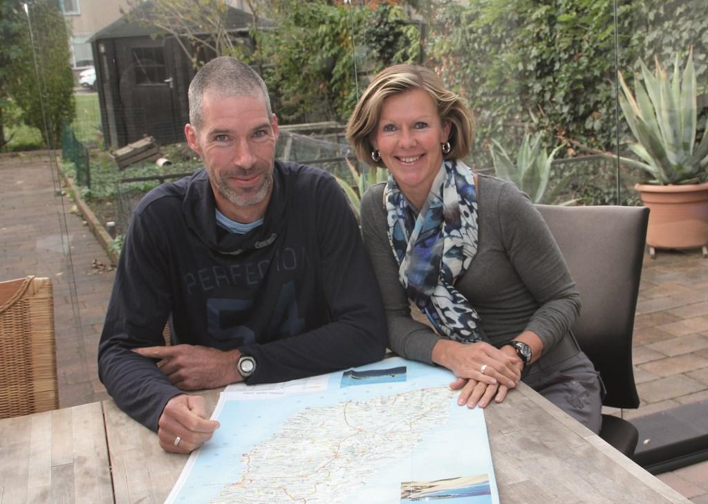 Sabine Weites en Pascal de Theije buigen zich over de kaart van het Canarische Eiland waar hun toekomst ligt: Fuerteventura.