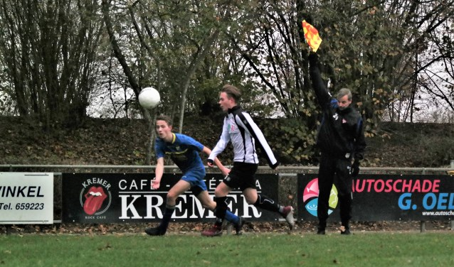 Juliën Derks breekt door in de wedstrijd van Vroomshoopse Boys tegen Sparta, maar wordt wel afgevlagd. De Boys versloeg Sparta met 3-0. Foto: Henk Prijs