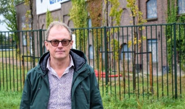 Rob Trompper bij de oude gistfabriek (foto: Indebuurt.nl/delft).