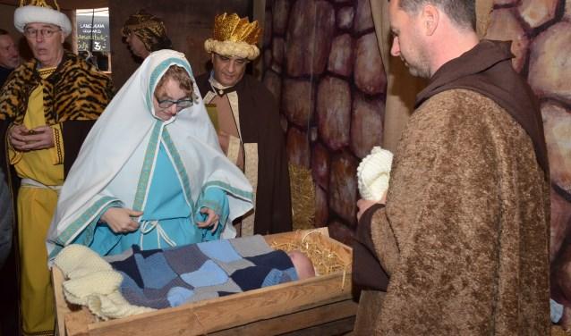 De levende kerststal maakt onderdeel uit van de kerstmarkt in Wierden. Foto: Rotaract Almelo.