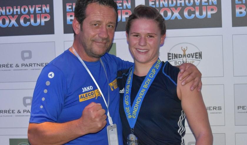 Chelsey Heijnen samen met haar trainer Andre de Klerk met de zilveren medaille van de Eindhoven Box Cup.