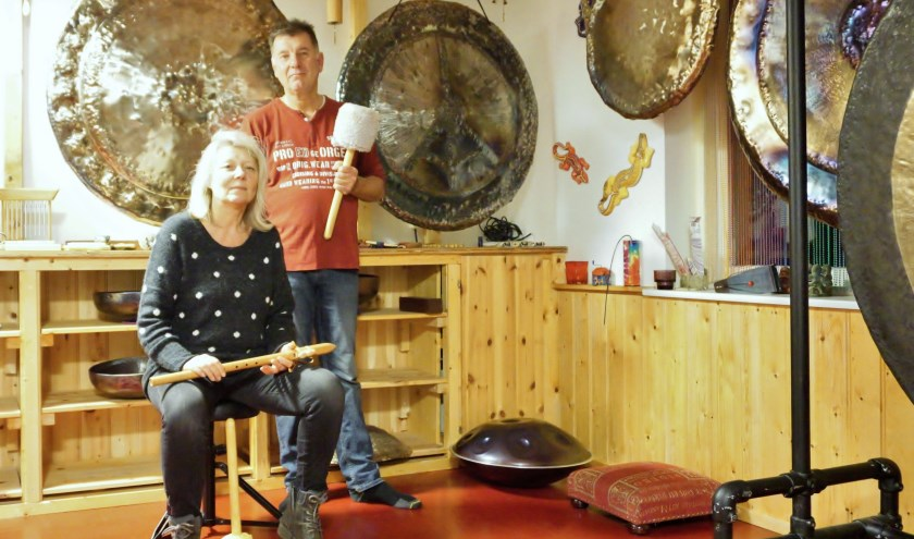 Japi Pilzecker en Storm van der Burgt spelen graag op hun gongs. FOTO: Ellis Plokker