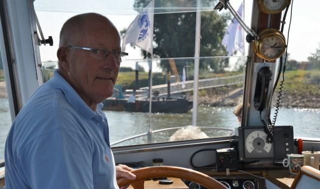 Vrijwilliger Jan Stenssen uit Weurt vaart met veel plezier het pontje heen en weer.