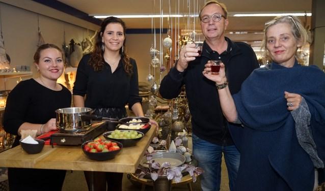 De studenten Jara Thijssen en Imke Hermens deden veel vakkennis op in de kerstwinkel van Via Cannella.(foto: Tom Oosthout)