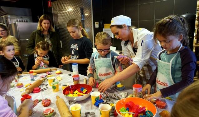 Djonina van Jumbo Bosmans helpt de kinderen een handje tijdens het grote versierfeest. (foto: Tom Oosthout)