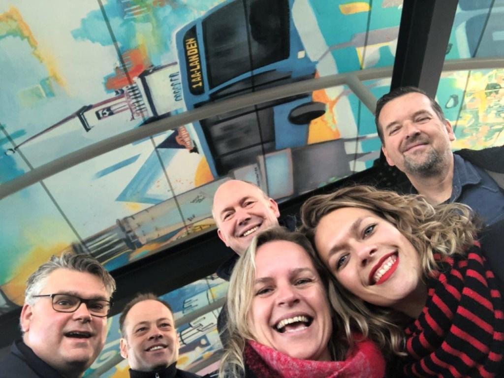 Ed Anker, Tamme de Boer, Bert Boerman, Annemarie Mosterman, Melle Mijnhardt, Stefan Alberts maken een selfie bij de onthulling van de kunstdaken van het busstation. Foto: Gemeente Zwolle © Persgroep
