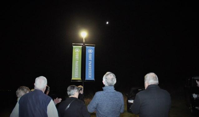 De nieuw lamp van het Fort brandt voor het eerst op de vrijwilligersavond.