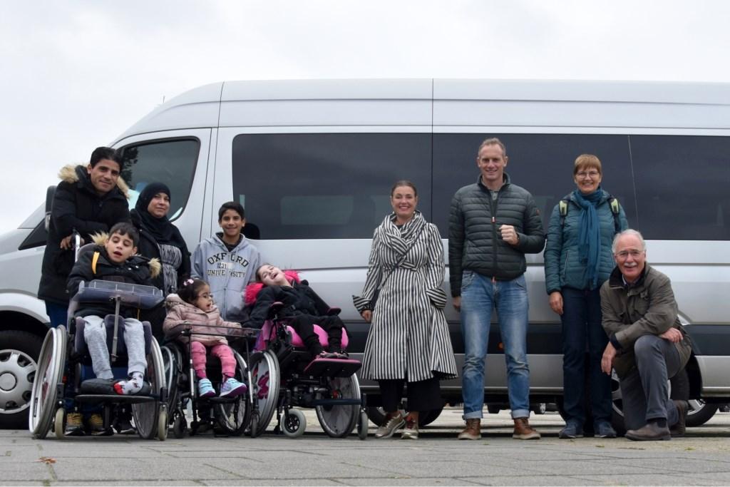 Het gezin en hun lions begeleiders bij de rolstoelbus Foto: André Boon © Persgroep