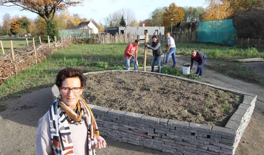 Carolien van der Heijden, met op de achtergrond een aantal vrijwilligers. FOTO: Ad Adriaans.