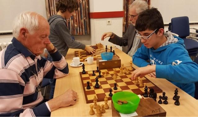 Rechts het winnende koppel  Michael Isa (speelt tegen jeugdleider Jan Wouters) en Hans van de Weteringh (speelt tegen Maxim Huirne). (foto: Rinus van der Molen)