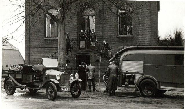 De brandweer is uitgerukt naar het gemeentehuis van Beugen. (foto: BHIC)