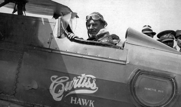"""Aankomst van de eerste Amerikaanse vlieger op het Hoge Stuk van het Slobbengors. Dit was de befaamde James """"Jimmy""""Doolittle die tijdens de Tweede Wereldoorlog bekend werd om als eerste Amerikaan Tokio te bombarderen. Het vliegveldje van Papendrecht stond na die tijd ook wel bekend als """"Doolittle Field""""."""
