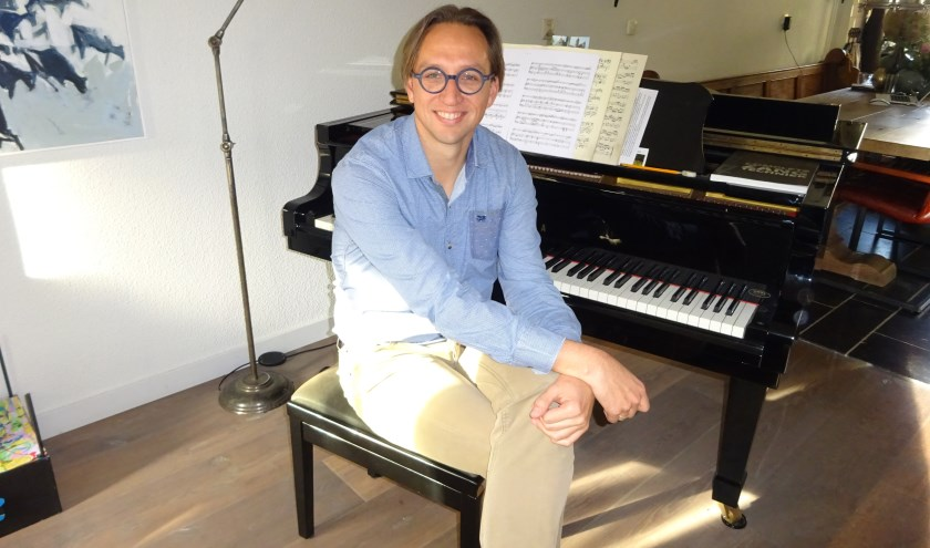Klassieke muziek loopt als een rode draad door het leven van musicus Hans Houtman uit Hardinxveld-Giessendam. (Foto: Eline Lohman)