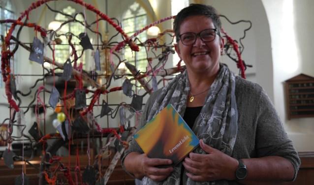 Agnes Goudsmits met haar boekje voor een zeer toepasselijk kunstwerk in de Agatha-Kapel, alles straalt namelijk liefde uit, de gedichten komen recht uit haar hart, het boekje is te bestellen via haar website
