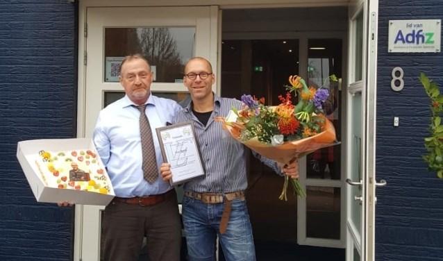 Ron van Egdom bedankt Peter Rutjes bij de kantooringang