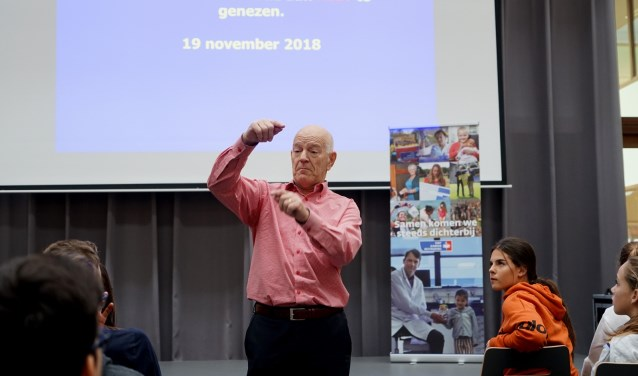 Om alle leerlingen nog beter voor te lichten verzorgde arts Gert van Lieshout een korte presentatie over kanker. (foto: Tom Oosthout)