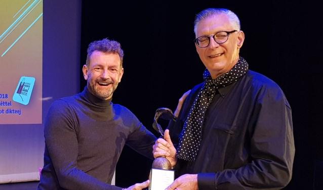 Kluun reikte de bokaal uit aan John van Krieken, die volgend jaar niet meer mee mag doen en lid wordt van de jury.